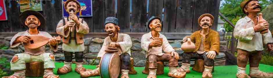 Pot figures representing Romanian peasants